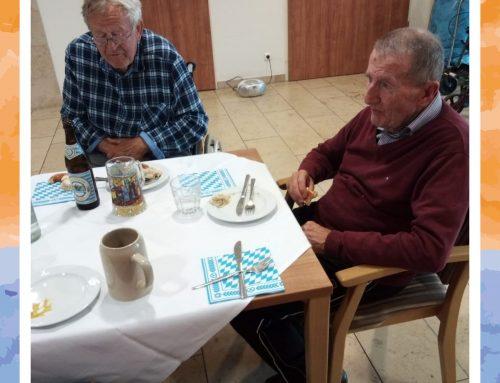 Stammtisch mit Bier und Weißwurst